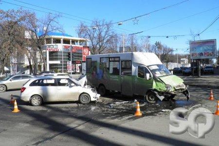В центре Харькова 89-я маршрутка не разминулась со Шкодой. Есть пострадавшие