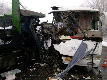 На трассе Киев-Харьков грузовик столкнулся с автобусом