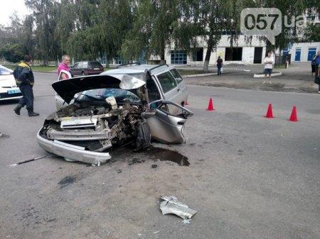 Авария в Харькове: автомобиль влетел в столб (ФОТО)