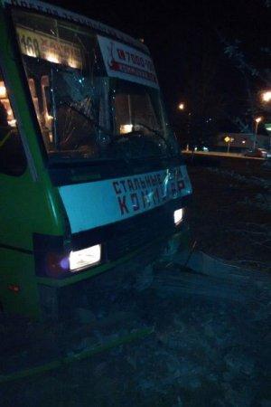 Маршрутка влетела в столб, есть пострадавшие (фото)