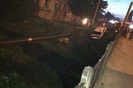 В Харькове автомобиль вылетел в реку (фото)
