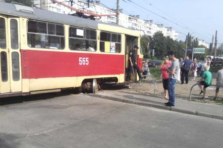 На Салтовке трамвай смял легковушку (фото)