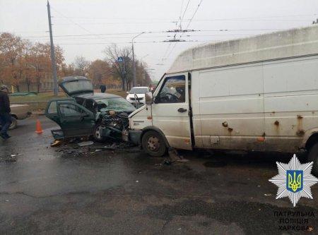 На Салтовке микроавтобус попал в ДТП: троих забрала скорая (ФОТО)