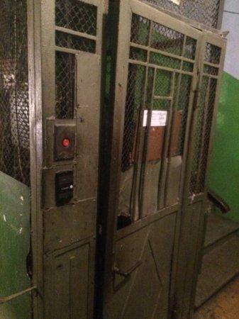 Бабушка упала в шахту лифта (фото)