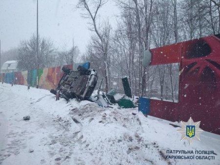 На Новгородской Subaru снес забор и перевернулся (фото)