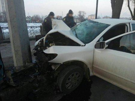 Машина влетела в столб: двое пострадавших (фото)