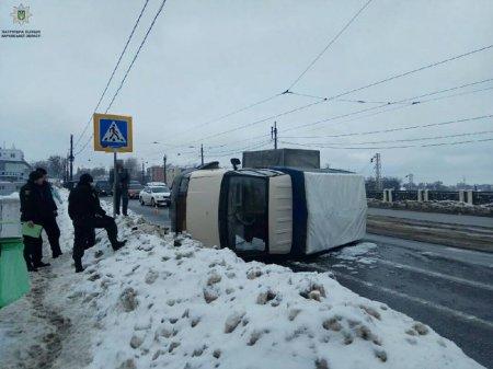 В Харькове перевернулся грузовик (фото)