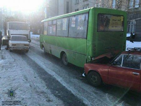 В Харькове столкнулись маршрутка, грузовик и две машины (фото)