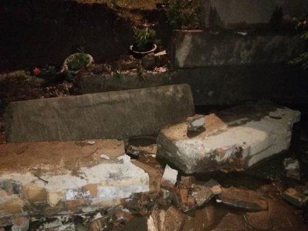 На машину рухнули бетонные перекрытия (фото)