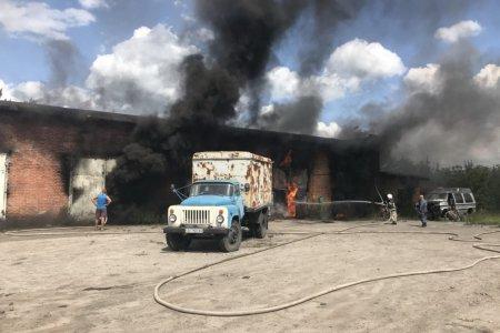 Под Харьковом во время пожара взорвались емкости с топливом: пострадали спасатели