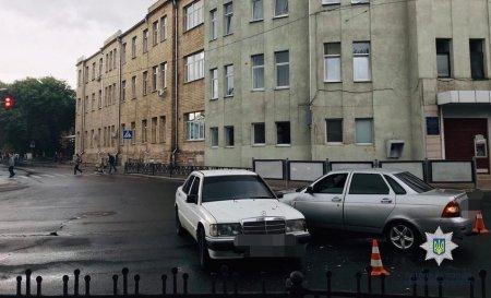 В центре ВАЗ влетел в Mercedes (фото)