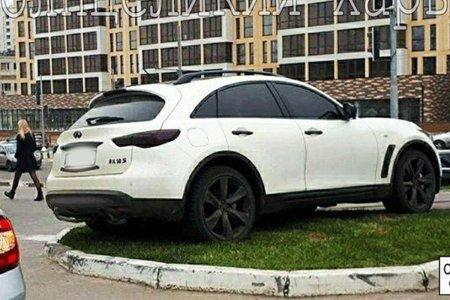В Харькове водитель бросил машину посреди газона (фото)