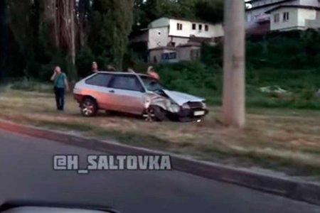 На Салтовке машина вылетела с дороги (видео)